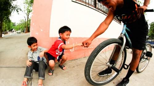 WheelTalk_Thailand2014_AnthonyCombs_KidHighFive